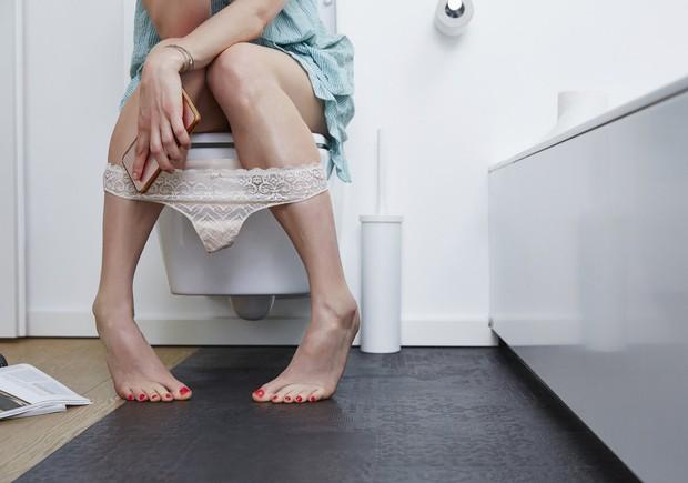 Mang điện thoại vào nhà vệ sinh khiến bạn có nguy cơ rước phải 4 căn bệnh nguy hiểm sau - Ảnh 4.
