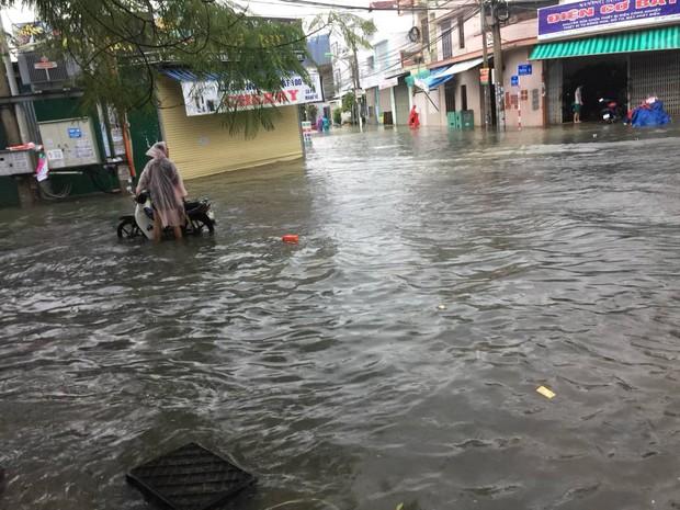 Chùm ảnh ngập lụt kinh hoàng qua Nha Trang, Khánh Hoà: Ô tô bơi như tàu ngầm, đồ vật trong nhà chìm trong biển nước - Ảnh 1.
