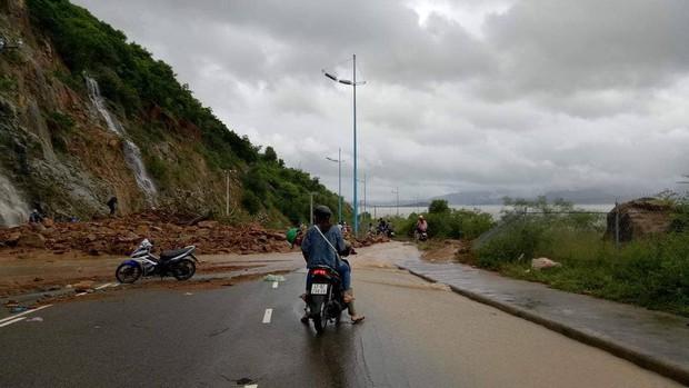 Bão số 8 suy yếu thành áp thấp nhiệt đới gây sạt lở đất ở TP. Nha Trang, 1 phụ nữ tử vong, 1 trẻ em mất tích - Ảnh 3.