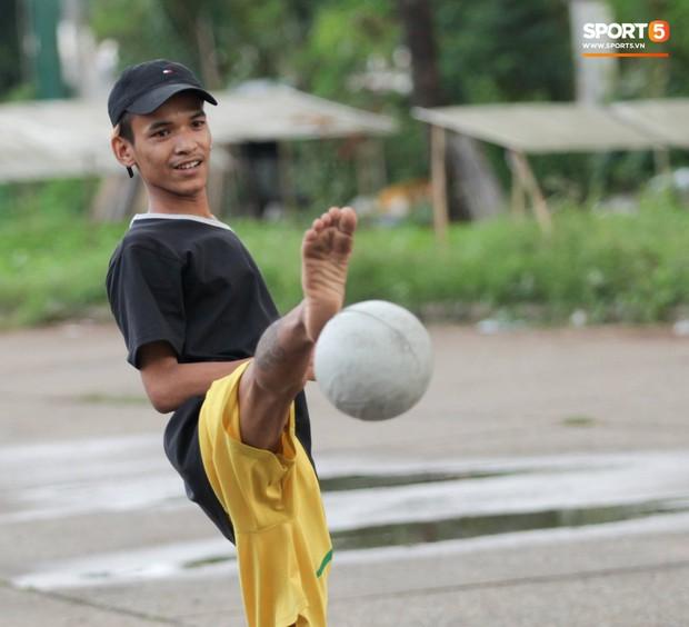 Tuyển thủ Việt Nam thích thú xem đàn ông Myanmar mặc váy, đi chân đất, đá bóng nhựa thỏa mãn đam mê - Ảnh 5.