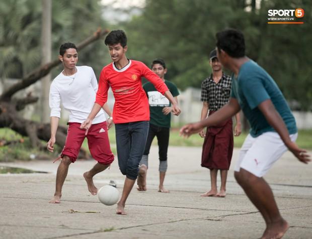 Tuyển thủ Việt Nam thích thú xem đàn ông Myanmar mặc váy, đi chân đất, đá bóng nhựa thỏa mãn đam mê - Ảnh 8.