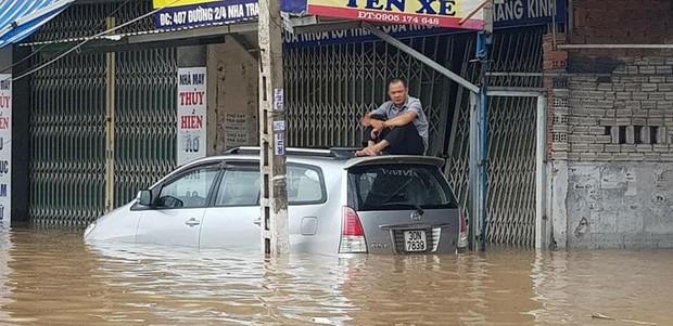 Chùm ảnh ngập lụt kinh hoàng qua Nha Trang, Khánh Hoà: Ô tô bơi như tàu ngầm, đồ vật trong nhà chìm trong biển nước - Ảnh 4.