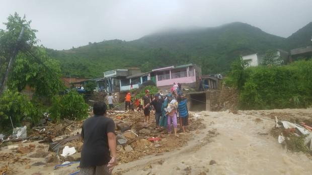 Mưa lũ, sạt lở kinh hoàng ở Nha Trang: Người dân dùng tay đào bới tìm thi thể bé trai và người phụ nữ trong đống đổ nát - Ảnh 10.
