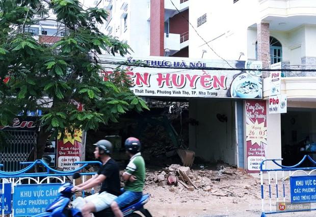Mưa lũ, sạt lở kinh hoàng ở Nha Trang: Người dân dùng tay đào bới tìm thi thể bé trai và người phụ nữ trong đống đổ nát - Ảnh 1.
