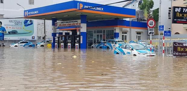 Chùm ảnh ngập lụt kinh hoàng qua Nha Trang, Khánh Hoà: Ô tô bơi như tàu ngầm, đồ vật trong nhà chìm trong biển nước - Ảnh 11.