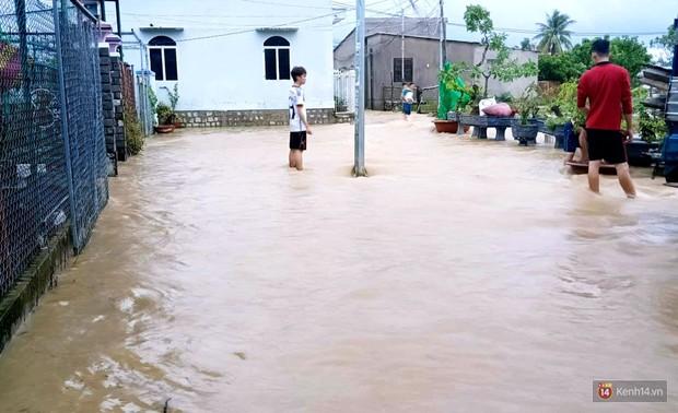 Mưa lũ, sạt lở kinh hoàng ở Nha Trang: Người dân dùng tay đào bới tìm thi thể bé trai và người phụ nữ trong đống đổ nát - Ảnh 7.
