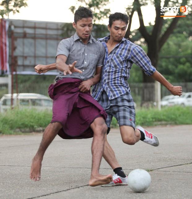 Tuyển thủ Việt Nam thích thú xem đàn ông Myanmar mặc váy, đi chân đất, đá bóng nhựa thỏa mãn đam mê - Ảnh 3.