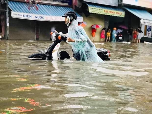Chùm ảnh ngập lụt kinh hoàng qua Nha Trang, Khánh Hoà: Ô tô bơi như tàu ngầm, đồ vật trong nhà chìm trong biển nước - Ảnh 8.
