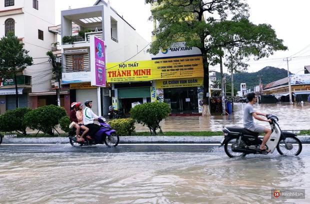 Mưa lũ, sạt lở kinh hoàng ở Nha Trang: Người dân dùng tay đào bới tìm thi thể bé trai và người phụ nữ trong đống đổ nát - Ảnh 6.