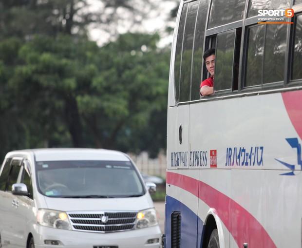 Tuyển thủ Việt Nam thích thú xem đàn ông Myanmar mặc váy, đi chân đất, đá bóng nhựa thỏa mãn đam mê - Ảnh 2.