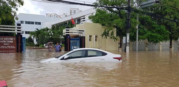 Chùm ảnh ngập lụt kinh hoàng qua Nha Trang, Khánh Hoà: Ô tô bơi như tàu ngầm, đồ vật trong nhà chìm trong biển nước - Ảnh 5.