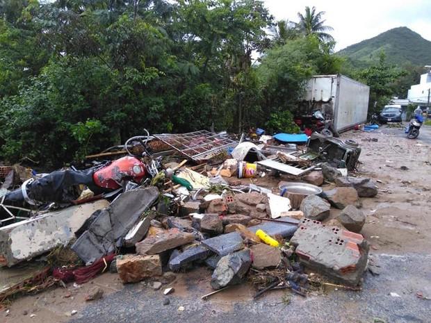 Chùm ảnh ngập lụt kinh hoàng qua Nha Trang, Khánh Hoà: Ô tô bơi như tàu ngầm, đồ vật trong nhà chìm trong biển nước - Ảnh 18.