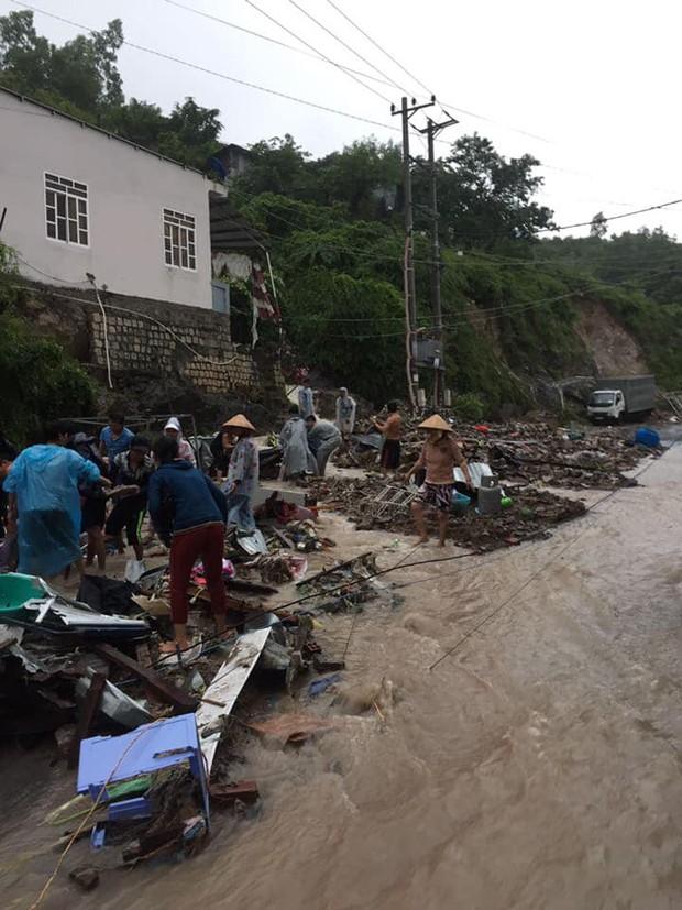 Chùm ảnh ngập lụt kinh hoàng qua Nha Trang, Khánh Hoà: Ô tô bơi như tàu ngầm, đồ vật trong nhà chìm trong biển nước - Ảnh 20.