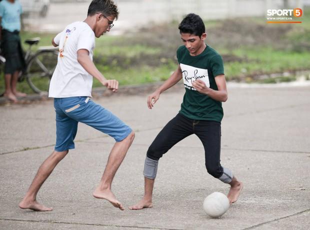 Tuyển thủ Việt Nam thích thú xem đàn ông Myanmar mặc váy, đi chân đất, đá bóng nhựa thỏa mãn đam mê - Ảnh 9.