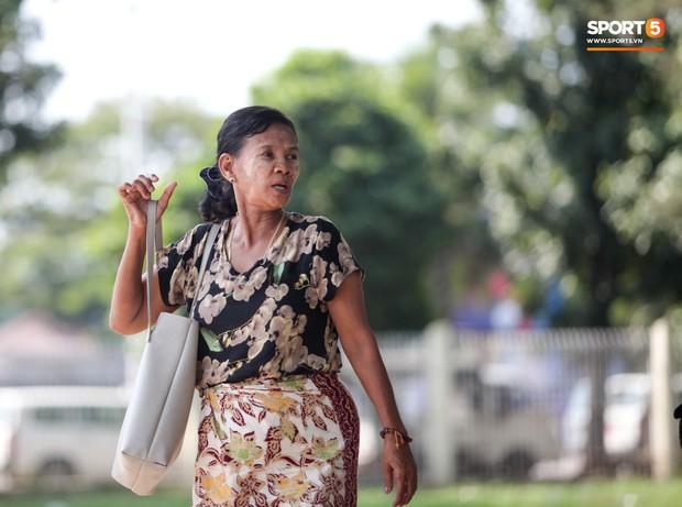 Đi xem CĐV Myanmar xếp hàng mua vé cũng thấy đậm đà bản sắc văn hoá truyền thống - Ảnh 11.