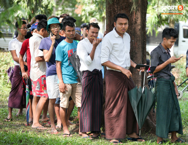 Đi xem CĐV Myanmar xếp hàng mua vé cũng thấy đậm đà bản sắc văn hoá truyền thống - Ảnh 6.