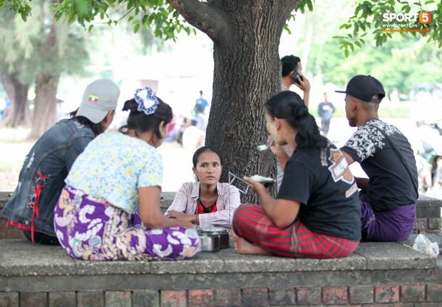 Đi xem CĐV Myanmar xếp hàng mua vé cũng thấy đậm đà bản sắc văn hoá truyền thống - Ảnh 2.