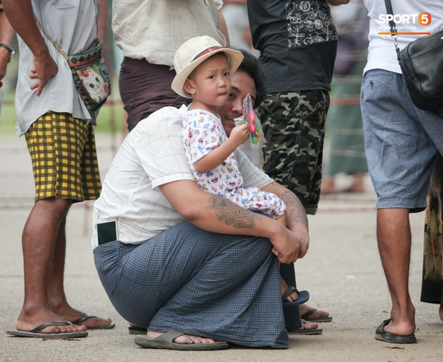 Đi xem CĐV Myanmar xếp hàng mua vé cũng thấy đậm đà bản sắc văn hoá truyền thống - Ảnh 5.