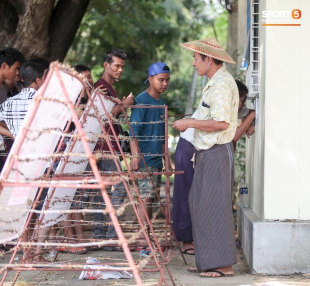 Đi xem CĐV Myanmar xếp hàng mua vé cũng thấy đậm đà bản sắc văn hoá truyền thống - Ảnh 1.
