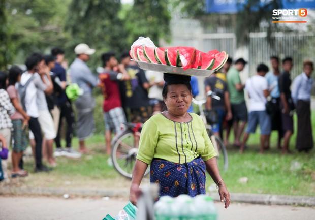 Đi xem CĐV Myanmar xếp hàng mua vé cũng thấy đậm đà bản sắc văn hoá truyền thống - Ảnh 12.