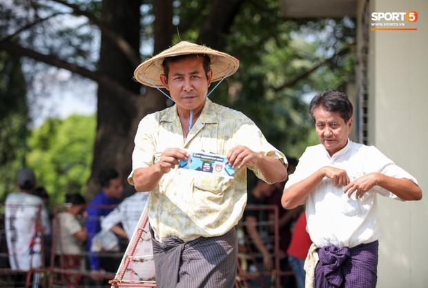 Đi xem CĐV Myanmar xếp hàng mua vé cũng thấy đậm đà bản sắc văn hoá truyền thống - Ảnh 3.