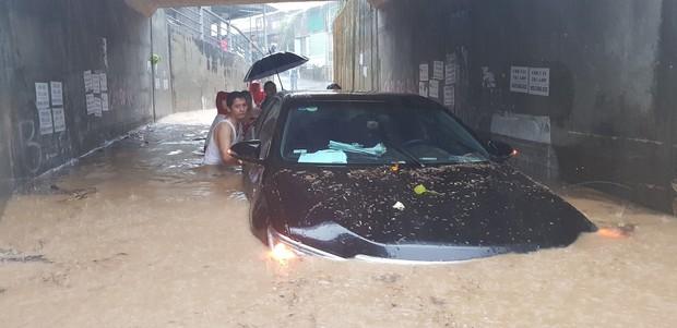 Chùm ảnh ngập lụt kinh hoàng qua Nha Trang, Khánh Hoà: Ô tô bơi như tàu ngầm, đồ vật trong nhà chìm trong biển nước - Ảnh 3.