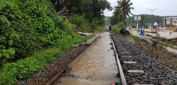 Chùm ảnh ngập lụt kinh hoàng qua Nha Trang, Khánh Hoà: Ô tô bơi như tàu ngầm, đồ vật trong nhà chìm trong biển nước - Ảnh 6.