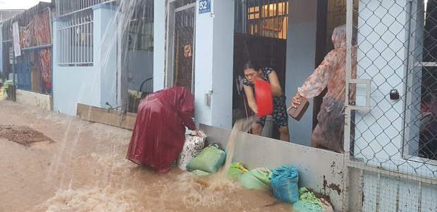 Chùm ảnh ngập lụt kinh hoàng qua Nha Trang, Khánh Hoà: Ô tô bơi như tàu ngầm, đồ vật trong nhà chìm trong biển nước - Ảnh 13.