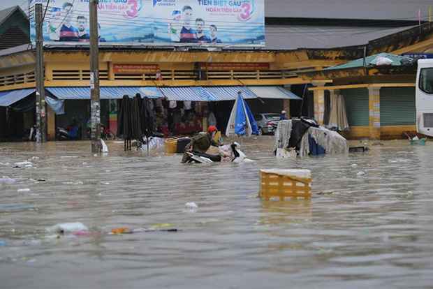 Chùm ảnh ngập lụt kinh hoàng qua Nha Trang, Khánh Hoà: Ô tô bơi như tàu ngầm, đồ vật trong nhà chìm trong biển nước - Ảnh 10.