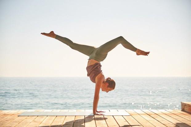 Tư thế yoga ngăn chặn tình trạng đầy bụng ai cũng nên biết - Ảnh 1.