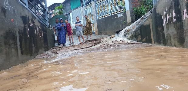 Chùm ảnh ngập lụt kinh hoàng qua Nha Trang, Khánh Hoà: Ô tô bơi như tàu ngầm, đồ vật trong nhà chìm trong biển nước - Ảnh 12.