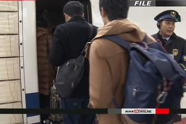 Nhật Bản cấm mang dao kéo không được bọc cẩn thận lên tàu - Ảnh 1.