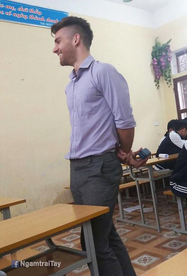 Những thầy giáo soái ca nổi tiếng do học sinh chụp lén: Đẹp trai, cao ráo, thân hình chuẩn thế này ai chẳng muốn học! - Ảnh 8.