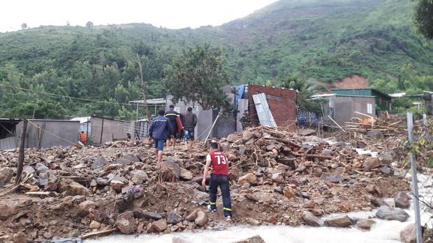 Vợ chồng thầy cô giáo cùng 2 con nhỏ tử vong thương tâm trong vụ sạt lở kinh hoàng ở Nha Trang - Ảnh 2.