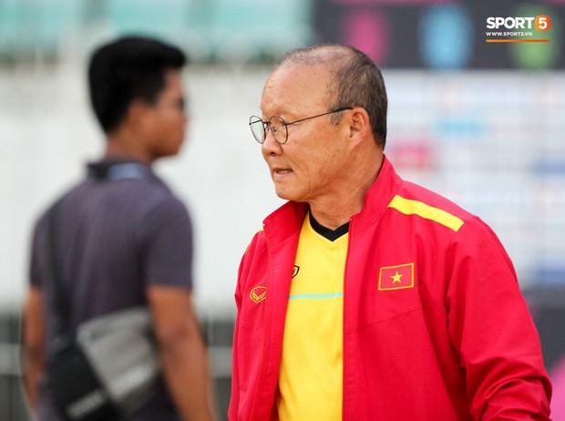 HLV Park Hang-seo có hành động lạ khiến tất cả chú ý trong buổi làm quen sân thi đấu AFF Cup 2018 - Ảnh 2.