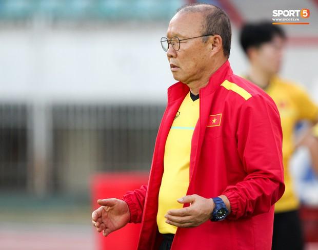 HLV Park Hang-seo có hành động lạ khiến tất cả chú ý trong buổi làm quen sân thi đấu AFF Cup 2018 - Ảnh 4.