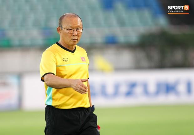 HLV Park Hang-seo có hành động lạ khiến tất cả chú ý trong buổi làm quen sân thi đấu AFF Cup 2018 - Ảnh 6.