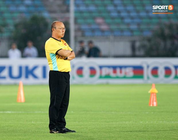 HLV Park Hang-seo có hành động lạ khiến tất cả chú ý trong buổi làm quen sân thi đấu AFF Cup 2018 - Ảnh 7.