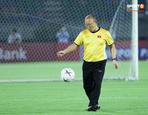 HLV Park Hang-seo có hành động lạ khiến tất cả chú ý trong buổi làm quen sân thi đấu AFF Cup 2018 - Ảnh 8.