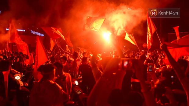 Báo Hàn sửng sốt khi chứng kiến không khí AFF Cup ở Việt Nam chẳng khác gì World Cup - Ảnh 2.