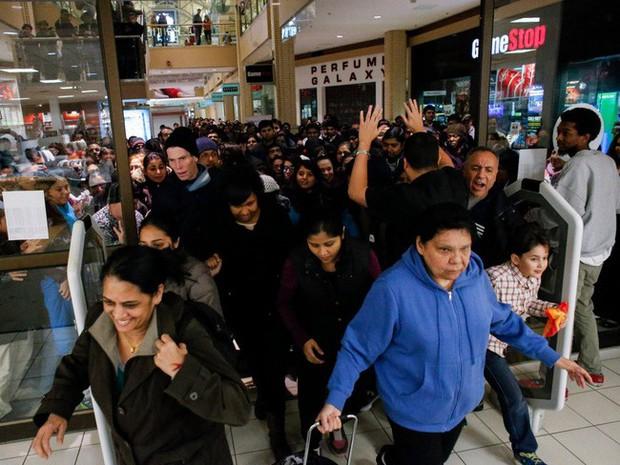 Ngày hội mua sắm Black Friday trên thế giới diễn ra như thế nào? - Ảnh 2.