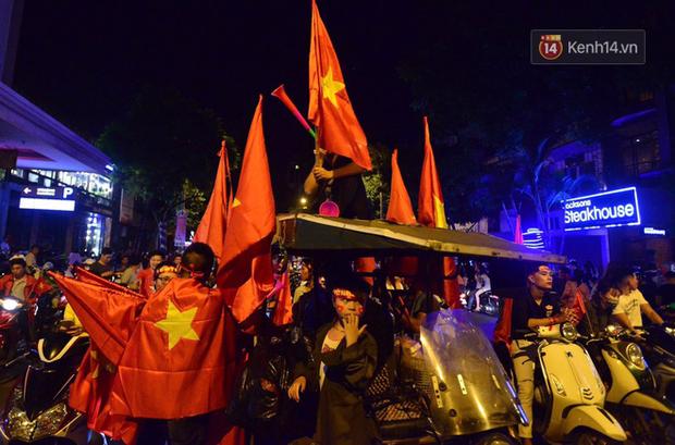 Báo Hàn sửng sốt khi chứng kiến không khí AFF Cup ở Việt Nam chẳng khác gì World Cup - Ảnh 3.