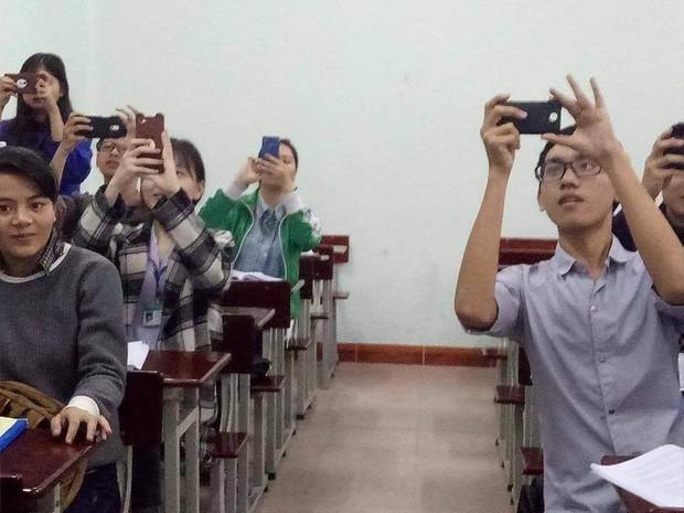 Sinh viên giờ lạ lùng lắm: Không thích ghi chép, bài giảng nào cũng chụp nhưng chẳng bao giờ xem lại - Ảnh 1.
