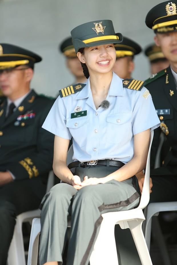 Sau đợt huấn luyện khắc nghiệt, Lisa (Black Pink) cười tươi rạng rỡ trong ngày xuất ngũ - Ảnh 6.