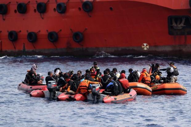 Lo ngại lượng pin của hộp đen thứ hai có hạn, cứu hộ Indonesia dốc sức tìm kiếm - Ảnh 1.