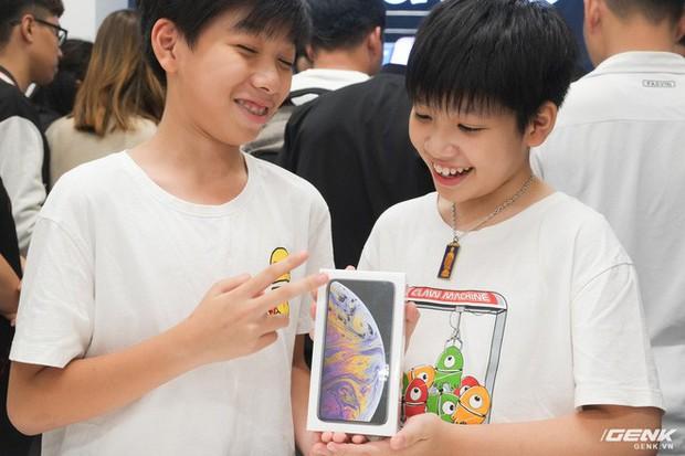 Làm anh khó lắm: Cậu học sinh lớp 8 thức đêm chờ mua iPhone XS Max nhưng phải dùng chung với em trai - Ảnh 2.