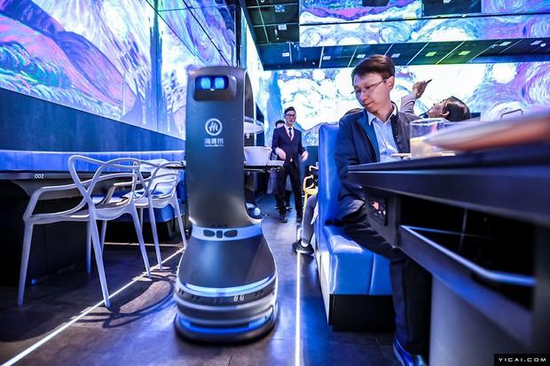 Trải nghiệm ăn lẩu độc nhất ở Bắc Kinh: Không một bóng nhân viên, chỉ toàn robot phục vụ từ A-Z - Ảnh 1.