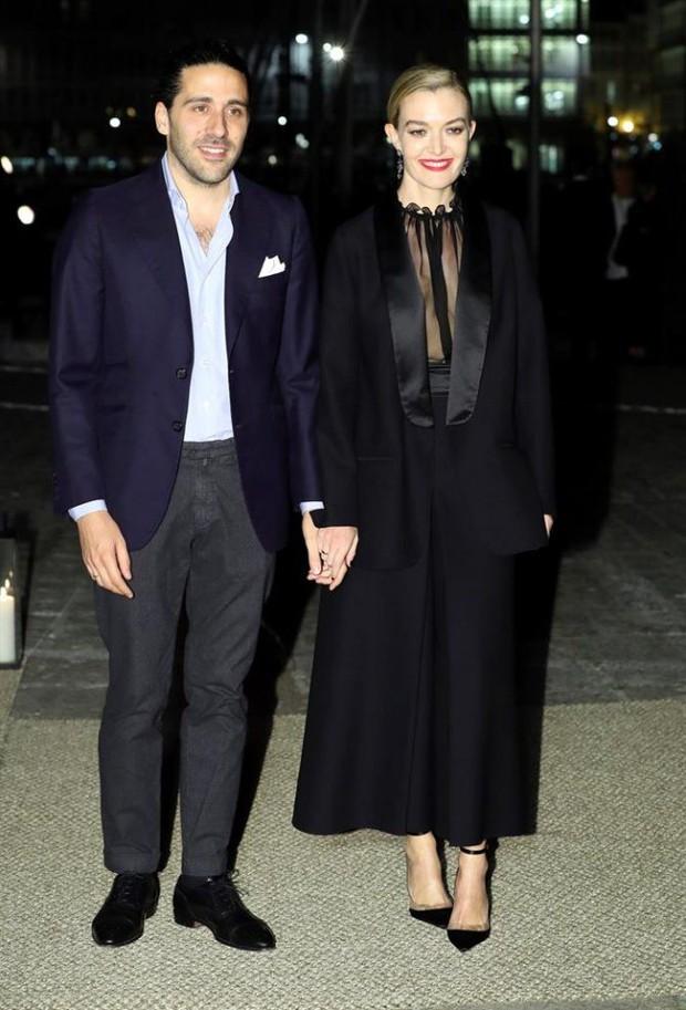 Chẳng đầm xòe lồng lộn, ái nữ thừa kế của ông trùm Zara vừa lên xe hoa trong bộ váy cưới đơn giản khác biệt nhất bạn từng thấy - Ảnh 4.
