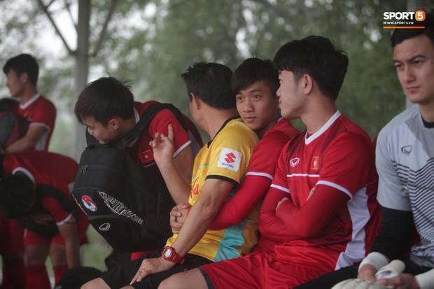 Những khoảnh khắc thể hiện tình cảm ấm áp và đáng yêu của thầy trò ở ĐT Việt Nam - Ảnh 2.