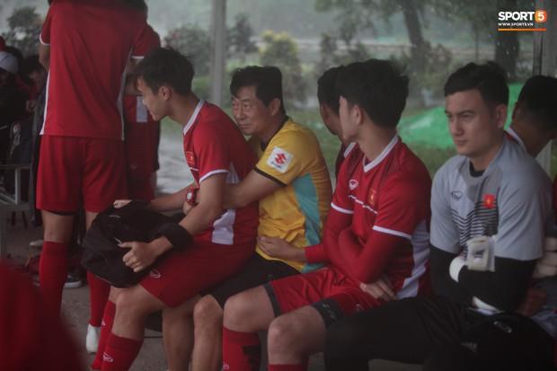 Những khoảnh khắc thể hiện tình cảm ấm áp và đáng yêu của thầy trò ở ĐT Việt Nam - Ảnh 3.